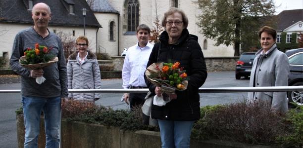 Mit Manfred Marx (l.) und Renate Vollmer (4.v.l.) wurden gleich zwei Mitarbeiter der Stadt Geseke in den Ruhestand verabschiedet. Für ihren jahrelangen Einsatz dankten (v.l.): Beate Haneke, Bürgermeister Dr. Remco van der Velden und Sigrid Hesse.